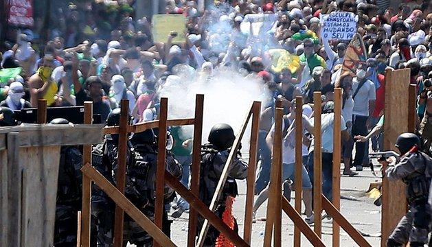 Enfrentamiento entre la policía y los manifestantes