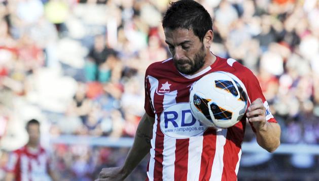 El defensa de la UD Almería, Gunino (abajo), lucha el balón con Jofre Mateo, del Girona CF
