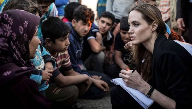 Angelina Jolie con algunos de los refugiados sirios en Jordania.