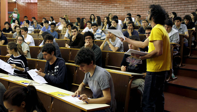 varios jóvenes, en plenos exámenes de Selectividad