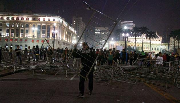 Los manifestantes bloquean una de las principales avenidas de Sao Paulo
