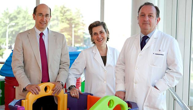 Equipo investigador: De izquierda a derecha, los doctores Fernando Lecanda Cordero, Ana Patiño García y Luis Sierrasesúmaga Ari