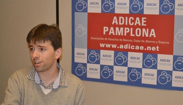 Arkaitz Fernández, portavoz de Adicae Navarra, en la presentación de la campaña Toque a la banca
