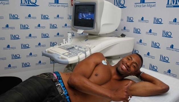 Jordan Lotiés, durante el reconocimiento médico en la clínica San Miguel