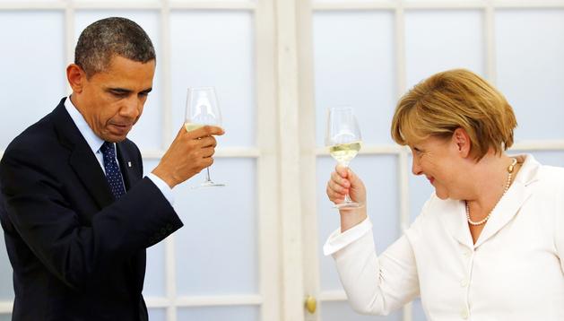 El presidente norteamericano, Barack Obama, brinda con la canciller alemana, Angela Merkel