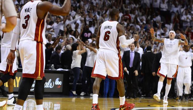 Los jugadores de los Heat Dwyane Wade (i), LeBron James (c) y Chris Andersen (d) celebran la victoria