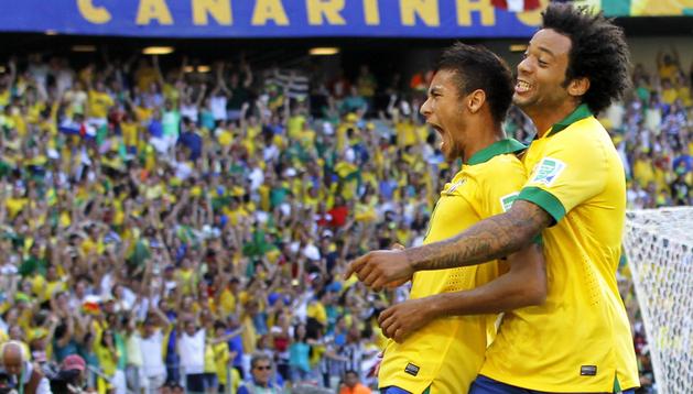 Neymar (izda.) de Brasil celebra su gol ante México con su compañero Marcelo (dcha.), durante un partido de la Copa Confederaciones en Fortaleza (Brasil)