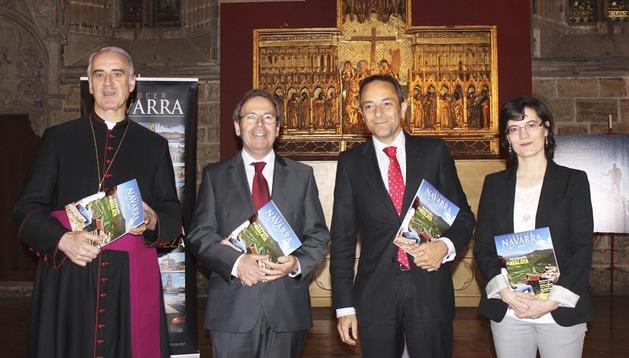 De izquierda a derecha: Carlos Ayerra, deán de la Catedral; Virgilio Sagüés, consejero de La Información; Juan Luis Sánchez de Muniáin, consejero de Cultura y Sara Sánchez, responsable de la revista Conocer Navarra