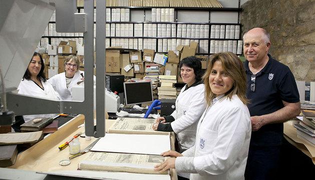 Trabajadoras que colaboran en la conservación de los fondos del Archivo municipal.