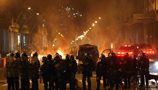 Policías bloquean la calle en Niterói, ciudad vecina a Río de Janeiro (Brasil).