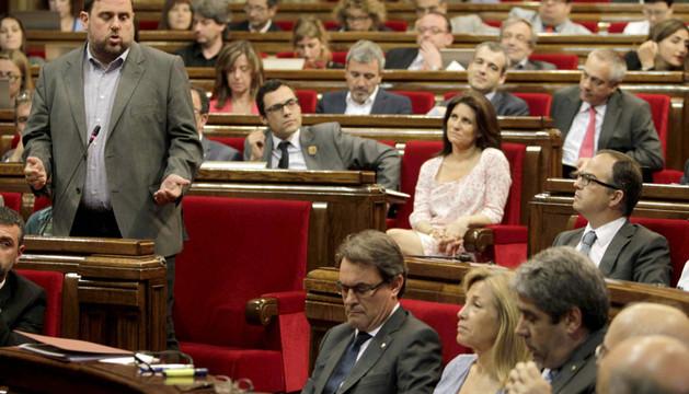 El lider de ERC, Oriol Junqueras (i), se dirige al presidente de la Generalitat, Artur Mas (3d).
