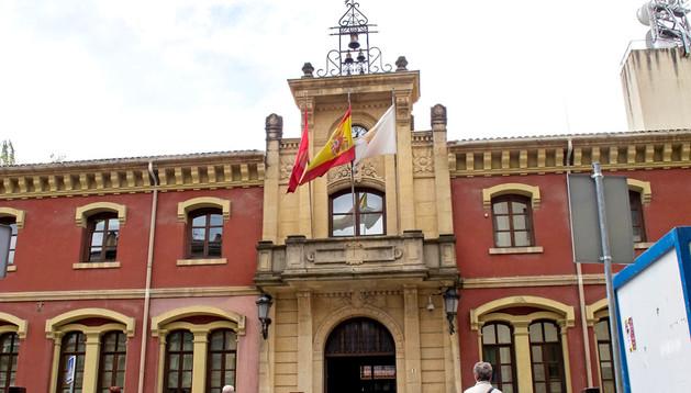 Casa consistorial del Ayuntamiento de Estella, en una imagen en la que se aprecia su fachada principal.