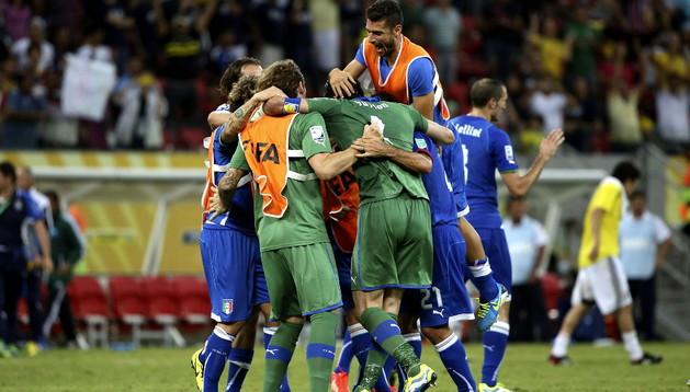 Los jugadores italianos celebran su victoria al terminar el partido