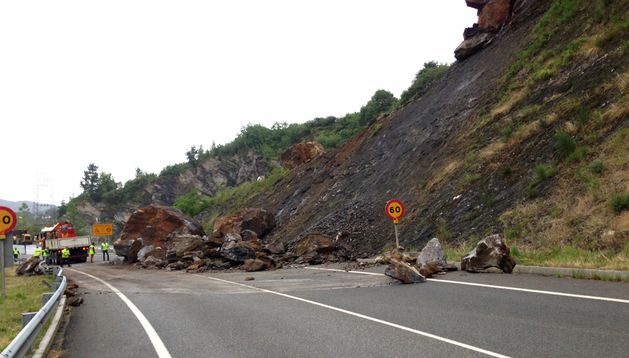 Los equipos de limpieza tratan de limpiar las rocas que cayeron desprendidas en la N-121-A