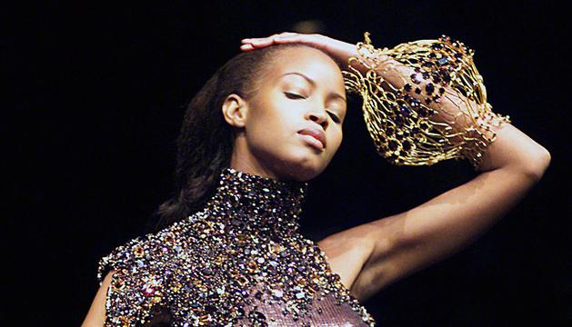 Una modelo luce una prenda de Scherrer de la colección primavera/verano de 1999.