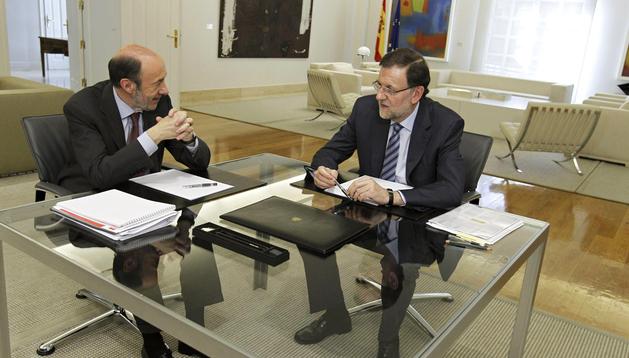 El presidente del Gobierno, Mariano Rajoy (dcha.), con el secretario general del PSOE, Alfredo Pérez Rubalcaba (izda.), durante la reunión en el Palacio de la Moncloa