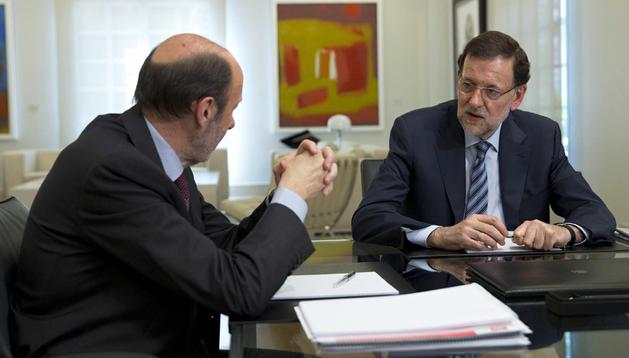 El presidente del Gobierno, Mariano Rajoy (dcha.), con el secretario general del PSOE, Alfredo Pérez Rubalcaba, durante la reunión en el Palacio de la Moncloa