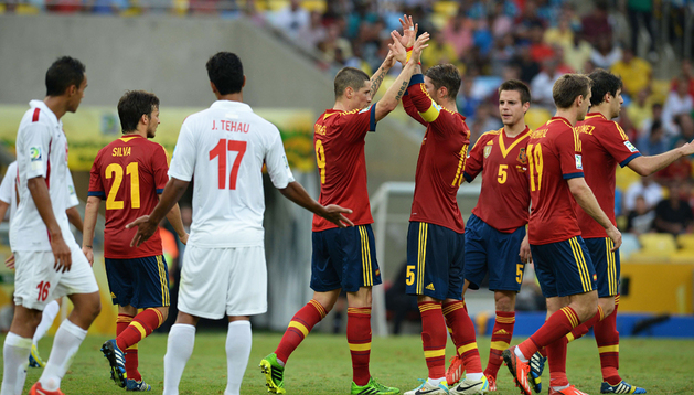 Fernando Torres (centro) celebra con Sergio Ramos y ante César Azpilicueta, Nacho Monreal y Javi Martínez uno de los goles anotados por España