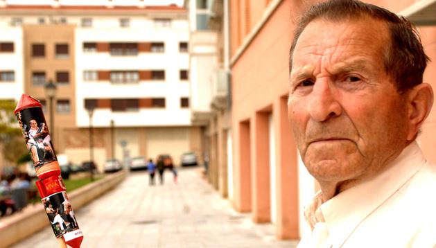 Ramón Esquíroz Armendáriz con el cohete.