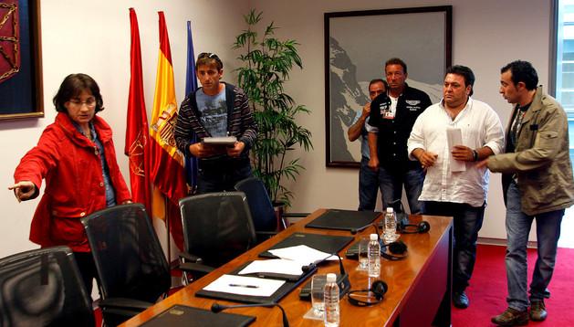 La parlamentaria Begoña Sanzberro, a la izda. junto al presidente de los ganaderos de Bardenas, Félix Floristán, y el resto de compañeros.