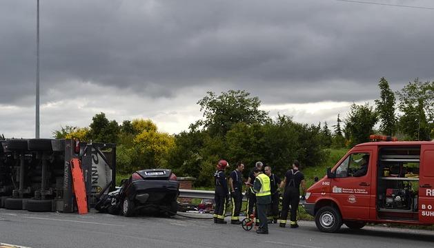 Dos personas han fallecido en un accidente ocurrido en la PA-30, en la rotonda próxima a las instalaciones de Osasuna en Tajonar, al volcar un camión cisterna sobre un vehículo.