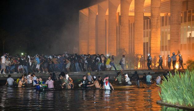 La policía evitó que un grupo de manifestantes invadiera el Ministerio de Asuntos Exteriores