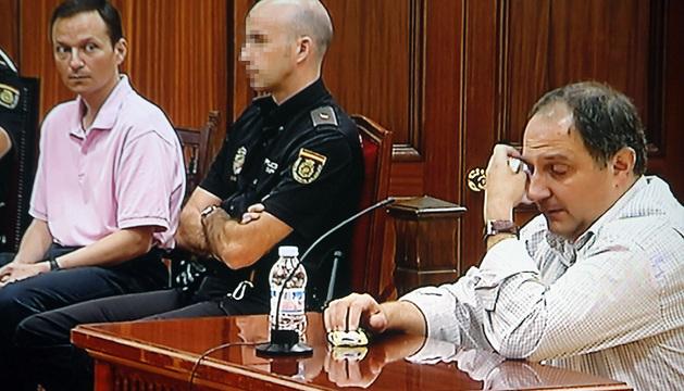 Fotografía tomada desde el monitor de televisión instalado en la sala de prensa de la Audiencia Proncial de Córdoba en la que aparece José Bretón (i) y su cuñado, José Ortega, quien sí ha respondido a las preguntas del fiscal.