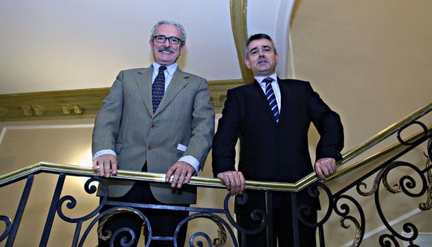 Luis Apesteguía Ciriza (izda), jefe de Radiología del CHN, y Luis Pina, jefe de radiología mamaria de la CUN.