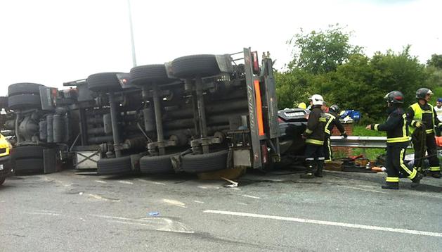 Estado en el que quedó el camión tras volcar en las inmediaciones de la rotonda de Tajonar en la PA-30