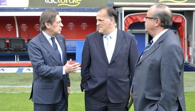 El presidente de Osasuna, Miguel Archanco (i) con el presidente de la LFP, Javier Tebas (c).
