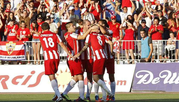 Los jugadores del Almería celebran el primer gol del equipo