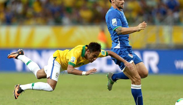 El delantero de Brasil Neymar (i) junto al defensa de Italia Christian Maggio (d)