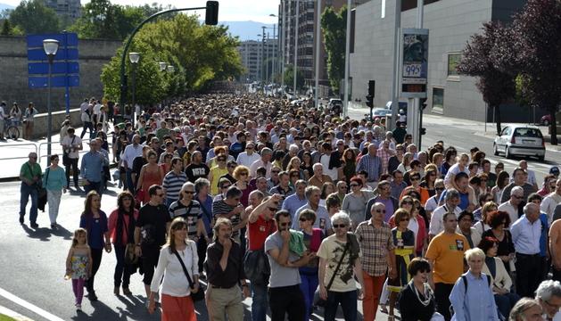 Miles de manifestantes recorren la Avenida del Ejército de Pamplona exigiendo la dimisión de Barcina.