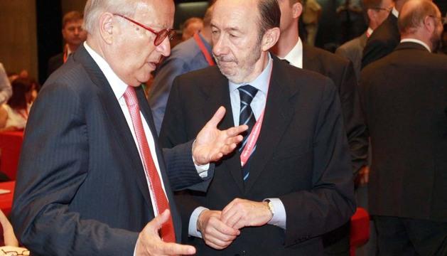 Alfredo Pérez Rubalcaba, junto al socialista austriaco Hannes Swoboda en la reunión en Sofía