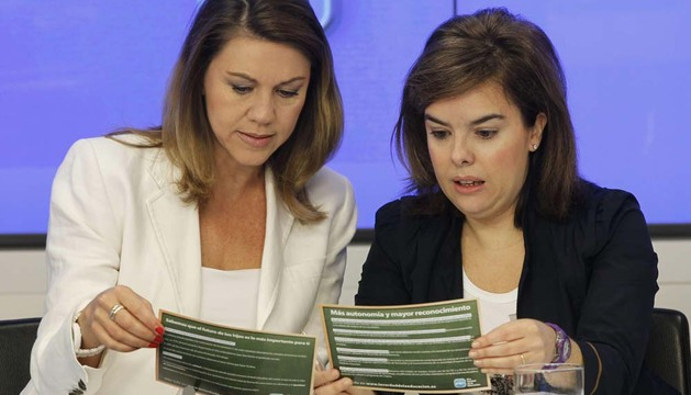 La vicepresidenta del Gobierno, Soraya Saénz de Santamaría (d) y María Dolores de Cospedal (i), durante la reunión de este sábado