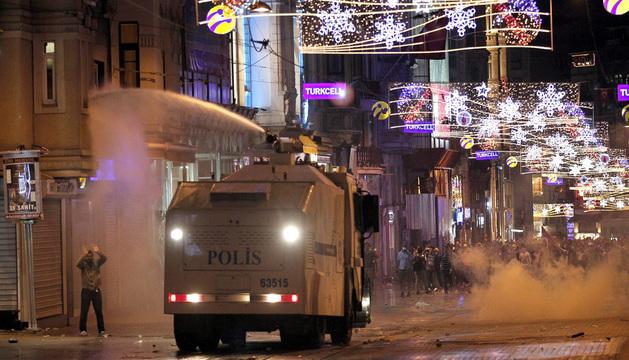 Las fuerzas antidisturbios desalojan la plaza con blindados y cañones de agua