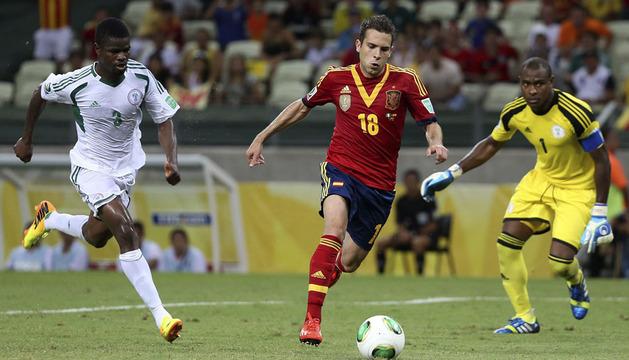 Jordi Alba (c) se dispone a marcar el tercer gol ante los nigerianos Godfrey Oboabona y Victor Enyeama