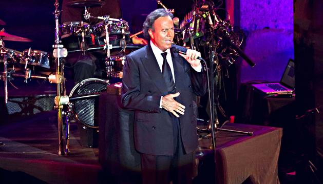 El cantante Julio Iglesias durante su actuación en el Teatro Romano de Mérida