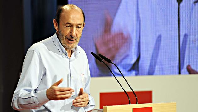 El secretario general del PSOE, Alfredo Pérez Rubalcaba, durante su intervención en el debate del documento titulado