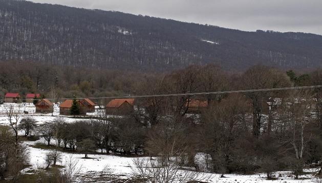 Una imagen del invierno con la zona de bungalows del cámping de Urbasa nevado.