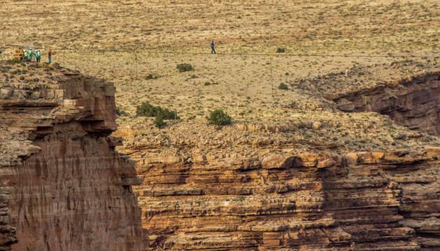 El funambulista Nik Wallenda atraviesa el Gran Cañón del Colorado.