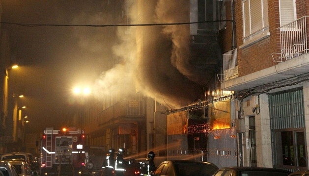 Vista del incendio que se ha producido esta noche en un almacén de material eléctrico en Palencia.