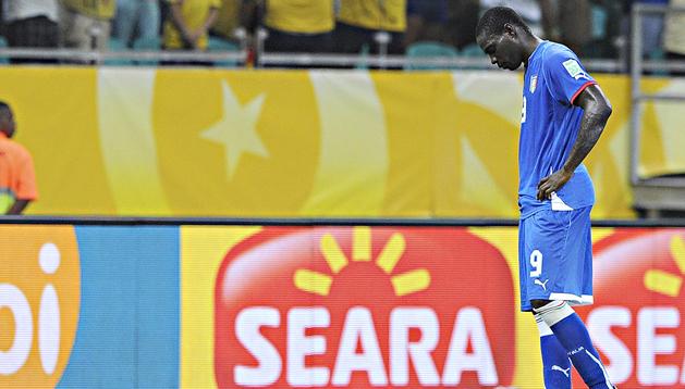 El delantero italiano Mario Balotelli se lamenta durante el encuentro contra Brasil