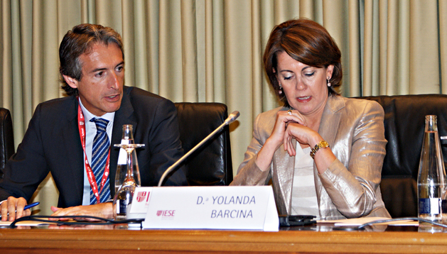 La presidenta del Gobierno de Navarra, Yolanda Barcina (dcha.) junto al presidente de la FEMP, Iñigo Serna