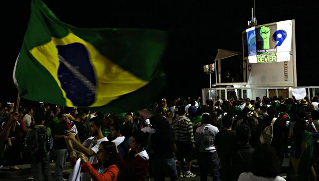 Manifestantes frente al puesto 9 en la playa de Ipanema, en Río de Janeiro (Brasil)