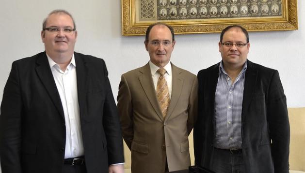 El gerente del Orfeón, Joaquín Romero (i), su presidente, Joaquín Jabat (c), e Igor Ijurra (d), director.