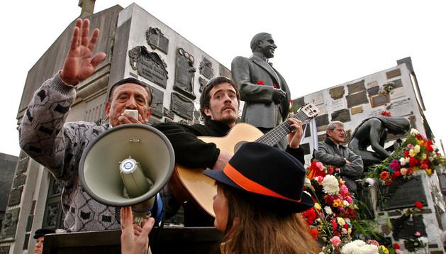 Admiradores e imitadores del autor de tangos Carlos Gardel, reunidos frente a su mausoleo en el cementerio de Chacarita (Buenos Aires)