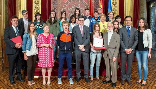 El consejero Iribas, en el centro, con los integrantes de los equipos premiados en el concurso Euroscola 2013.