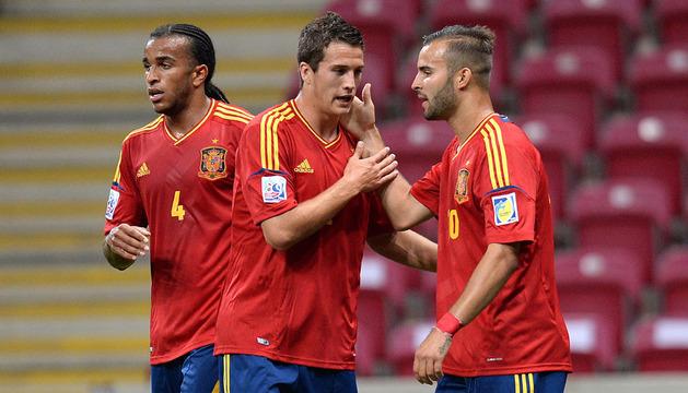 Los jugadores de España Jese (d), Javier Manquillo (c) y Derik (i) celebran el gol ante Ghana