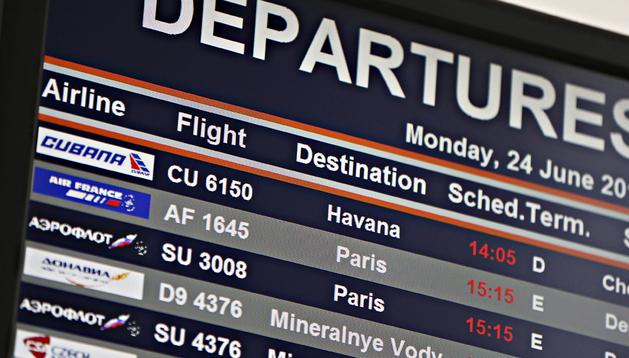 Una pantalla informativa muestra los vuelos en la terminal de salidas en el aeropuerto de Sheremetyevo en Moscú (Rusia)